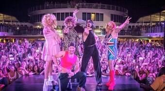 Backstreet Boys se vestem de Spice Girls em cruzeiro