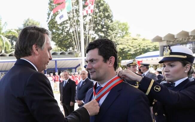 Ministro Sergio Moro recebe medalha de Bolsonaro em cerimônia da Marinha, dia 11