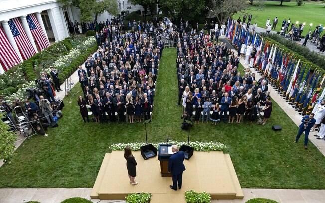 Trump (centro) está com Amy Coney Barrett em entrevista coletiva para anunciá-lana Suprema Corte no Jardim das Rosas da Casa Branca