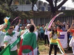 Argelinos se empolgam com festa brasileira, caem no samba e ficam de olho nas mulheres brasileiras