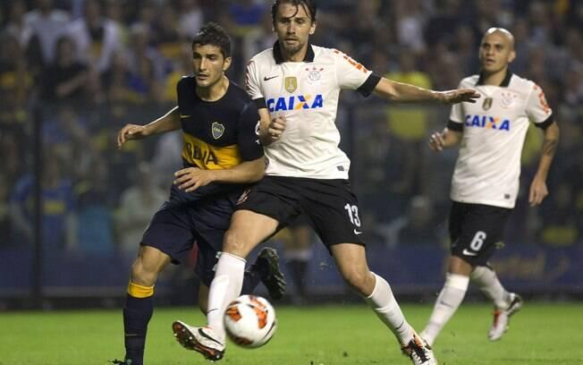 Paulo André, do Corinthians disputa lance com  Blandi, do Boca Juniors