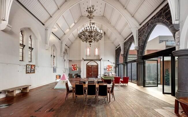 A igreja em si é utilizada como sala e espaço de brincadeiras pela arquiteta, o marido e as três filhas pequenas