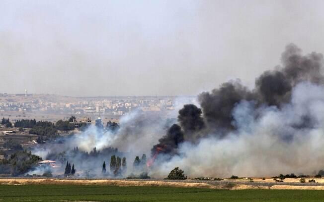 Fumaça é vista no vilarejo sírio de Quneitra perto da fronteira de Israel´(06/06)