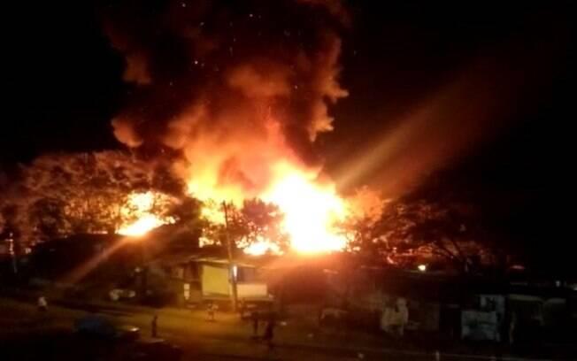 Comunidade da Vila Paula foi atingida por incêndio.