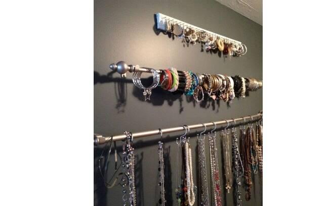 Ganchos e porta toalhas podem ser uma boa solução para organizar as bijuterias perto do espelho do banheiro