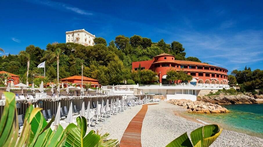 O hotel 5 estrelas Monte-Carlo Beach oferece praia privativa e experiências aquáticas, com diárias de até R$5.793.