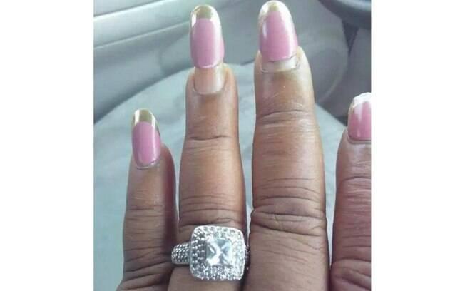 Mais uma mulher foi criticada por postar uma foto exibindo o anel de noivado e com as unhas em formatos inusitados
