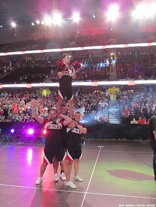 Para animar a torcida, um grupo de meninos no papel de cheerleaders