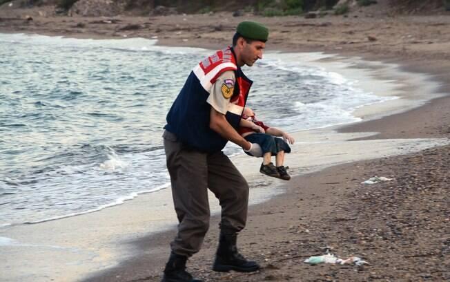 Corpo de criança refugiada afogada aparece em praia de resort turco