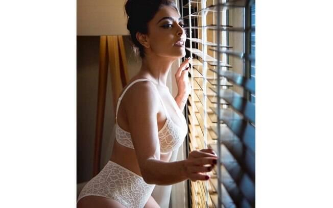 Juliana Paes ferve internet ao compartilhar foto usando apenas uma lingerie branca