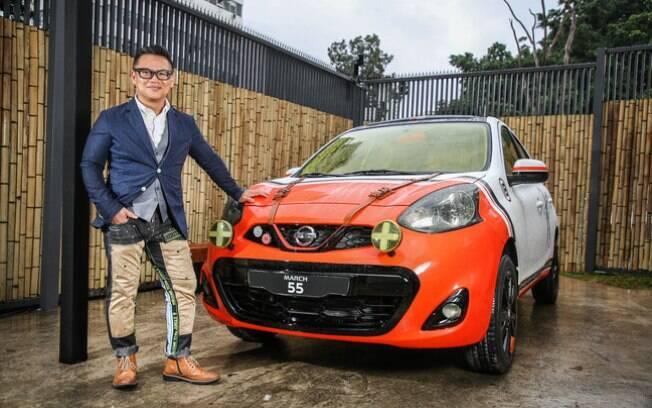 John Sahs, líder do novo estúdio da Nissan, posa ao lado de um estudo com base no compacto March