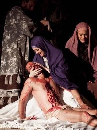 Larissa Maciel, na pele de Maria, e José Batista, como Jesus