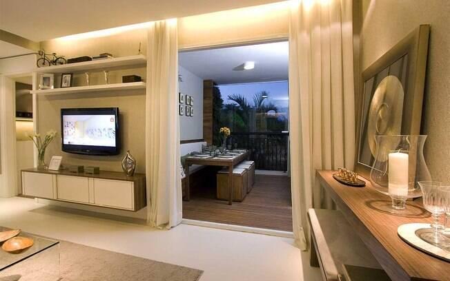 As arquitetas Daniella e Pricilla de Barros resolveram o problema dos pisos diferentes da varanda e da sala com uma soleira