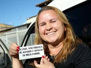 A motorista Lindi Silva fez adesivos para lembrar de acender e apagar o farol de seu carro