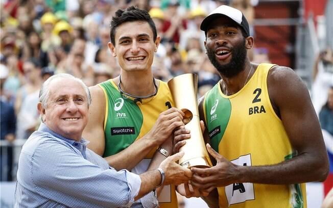André e Evandro recebem de Ary Graça troféu de campeões mundiais