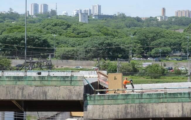Impasse sobre de quem era a responsabilidade sobre as obras de manutenção do viaduto que cedeu, se da prefeitura de São Paulo ou do DER, se arrasta por mais 20 anos