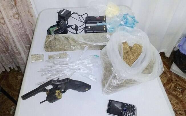 Operação comunidade Vila Esperança - Revolver calibre 38, cocaína, crack, maconha rádios de comunicação. Um preso.
