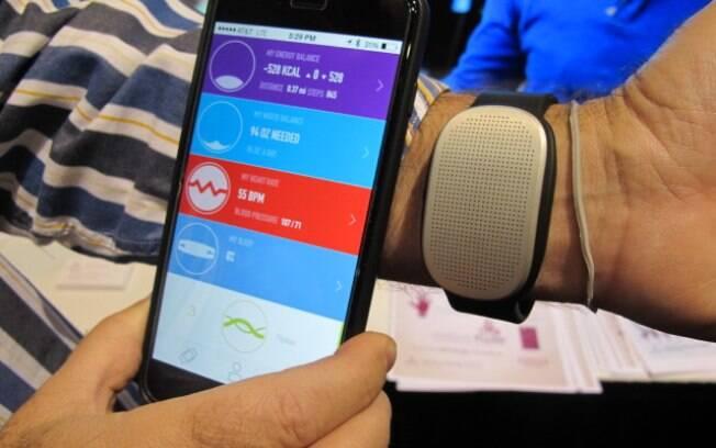A Gobe é uma pulseira capaz de medir as calorias ingeridas pelo corpo do usuário logo após o consumo do alimento. Foto: Emily Canto Nunes/iG