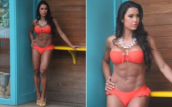 Gracyanne Barbosa foi clicada com um biquíni laranja tomara-que-caia