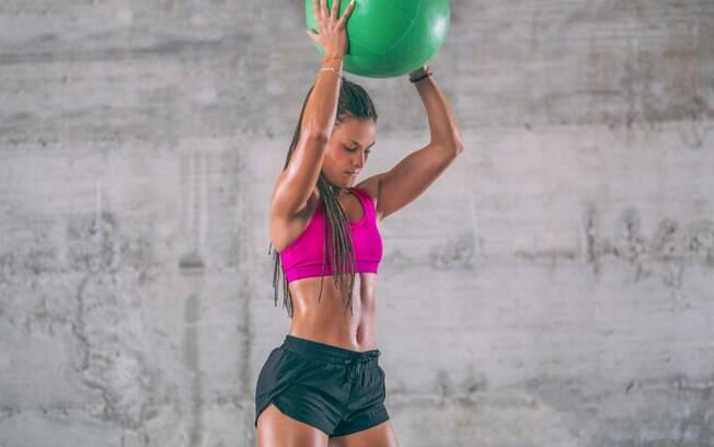 Arremesso com medicine ball trabalha todo o corpo e exige potência dos ombros