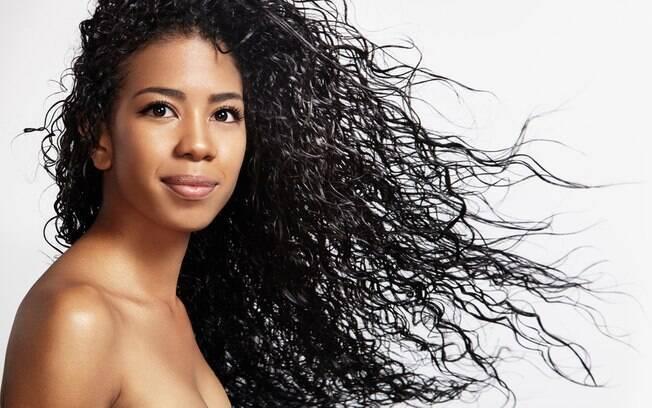 Nem todo cabelo cacheado é igual! Existem númerações para classificar a ondulação do cabelo e tipo de cacho formado