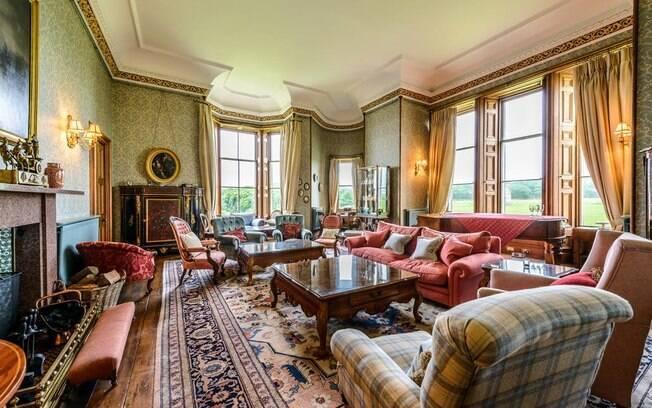 Com 32 quartos, um bar e seis alojamentos adicionais, a propriedade já recebeu famosos como o ator Jack Nicholson