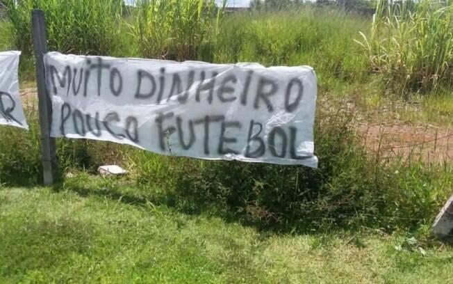 Torcedores do Corinthians fazem protesto no CT Joaquim Grava