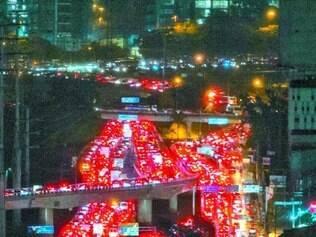 Colapso. SP teve recorde de quase 400 km de congestionamento