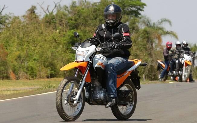A Honda NXR 160 Bros ESDD laranja em ação, com sistema CBS de freios combinados