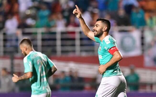 Bruno Henrique comemora um dos gols da goleada palmeirense sobre o CSA
