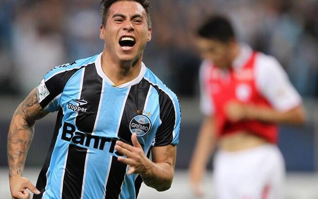 Vargas comemora primeiro gol do Grêmio contra  o Santa Fé