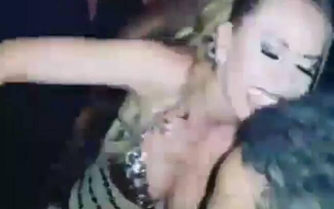 Após realizar um show, Joelma tenta passar por multidão de fãs e sai machucada
