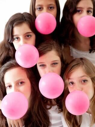 Festa em estúdio: meninas a partir de sete anos comemoram tirando fotos com os amigas
