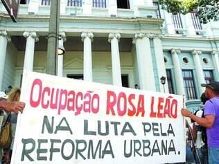 Resistência. Moradores levaram cartazes para a porta do TJMG na tentativa de permanecer morando em terreno da região Norte