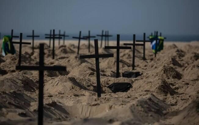 Coronavírus: no Rio, voluntários de ONG cavaram 100 covas rasas simbolizando as mortes no país