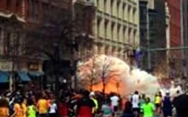 Reprodução da TV WBZ mostra fumaça decorrente das explosões que atingiram maratona de Boston, nos EUA (15/04). Foto: AP