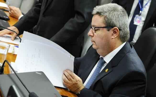 Senador Antonio Anastasia (PSDB-MG), relator da Comissão Especial de Impeachment, durante a leitura do parecer sobre a admissibilidade do processo contra a presidente Dilma Rouseff. Foto: Marcos Oliveira/Agência Senado