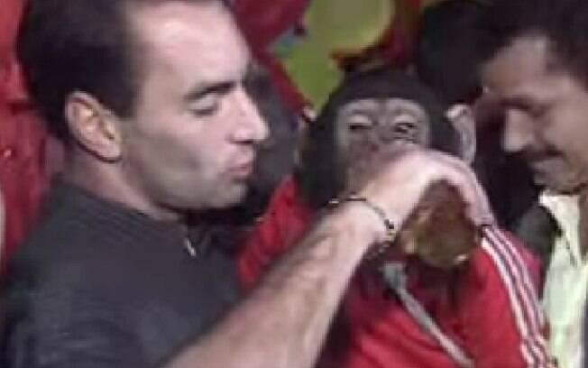 Edmundo dá cerveja para um macaco. Além dessa polêmica, o ex-atacante se envolveu em outras