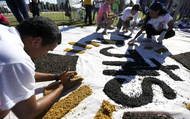 Feriado de Corpus Christi costuma reunir fiéis para a confecção dos tradicionais tapetes de serragem e palha
