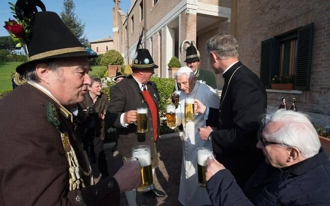 Papa emérito Bento XVI comemora aniversário com brinde de cerveja