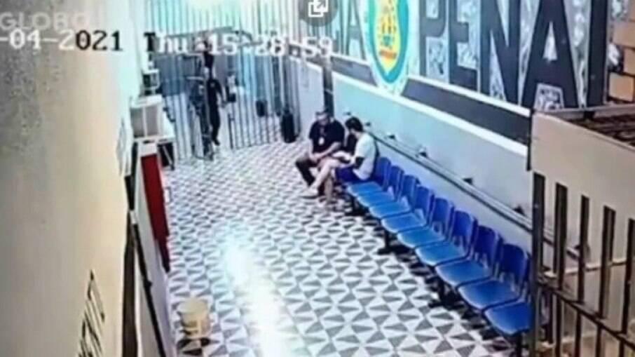 Vídeo mostra diretor da unidade entregando sanduíche enquanto conversa com Jairinho