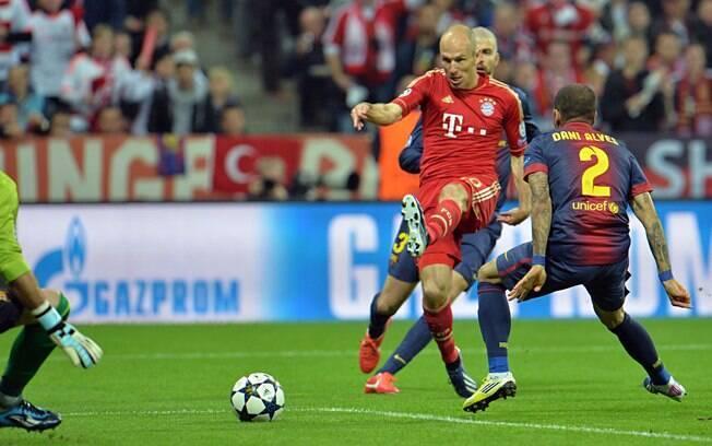 Robben tenta o chute contra o gol de Valdez  no jogo entre Bayern de Munique e Barcelona
