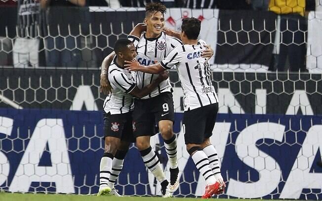 Elias e Jadson comemoram gol de Guerrero sobre o Danubio pela Libertadores
