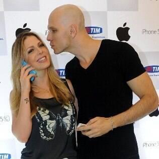 Sheila Mello e Fernando Scherer no lançamento do iPhone 5S em um shopping de São Paulo