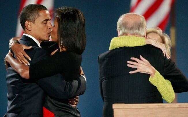 No palanque da primeira vitória, em 2008, Obama e o vice Joe Biden comemoraram de forma distinta com as esposas: a paixão do casal já transparece ali