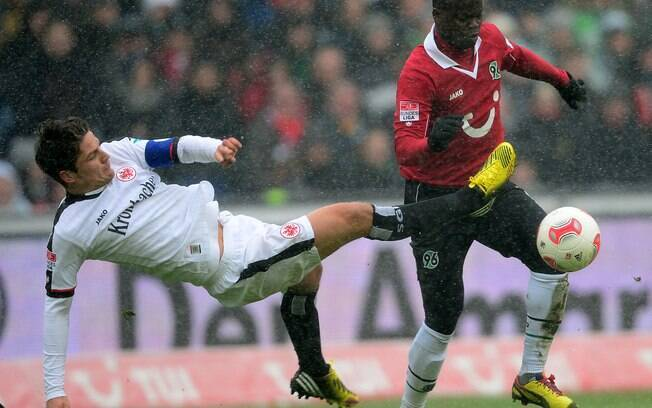 Didier Ya Konan, do Hannover, disputa a bola  com Pirmin Schwegler, do Eintracht Frankfurt. Jogo  terminou empatado em 0 a 0