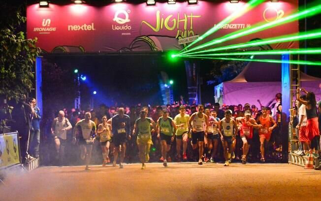 Largada da Night Run Special Edition na noite  de sábado em São Paulo