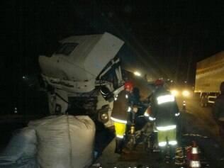 Caminhão ficou bastante destruído após colisão traseira
