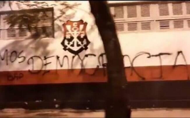 Muros do Flamengo foram pichados com protestos da torcida