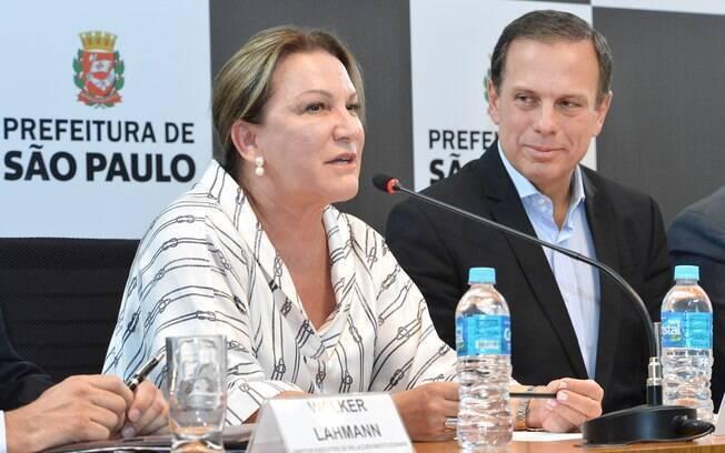 Prefeito de São Paulo, João Doria, ao lado de Telma Salles, presidente da Progenéricos, no anuncio da ação emergencial